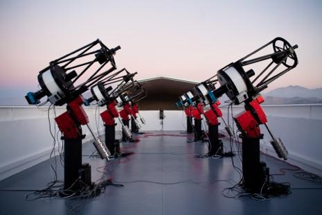 MEarth South, 8 telescopios de 40cm de apertura ubicados en Cerro Tololo, Chile. CREDITOS: https://www.cfa.harvard.edu/MEarth/Telescopes.html